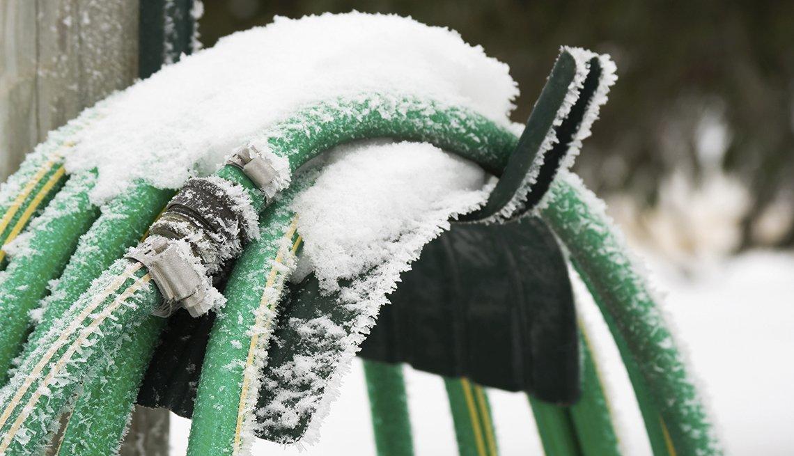 Manguera cubierta de nieve