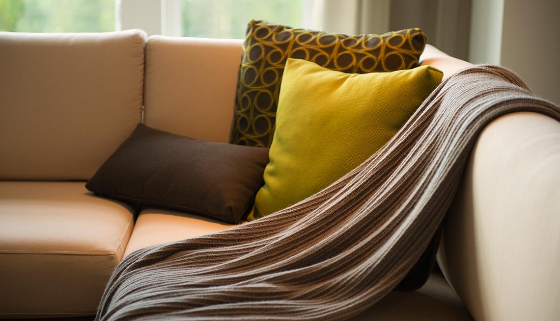 Sofá con mantas para el frío