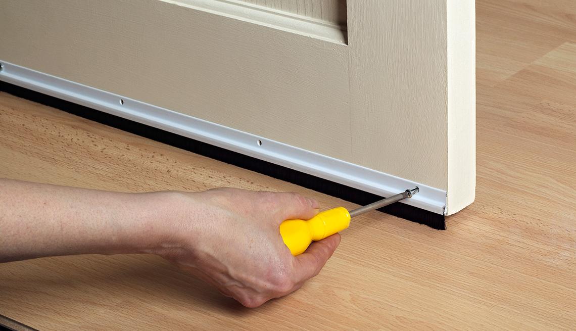 Persona ajustando una puerta