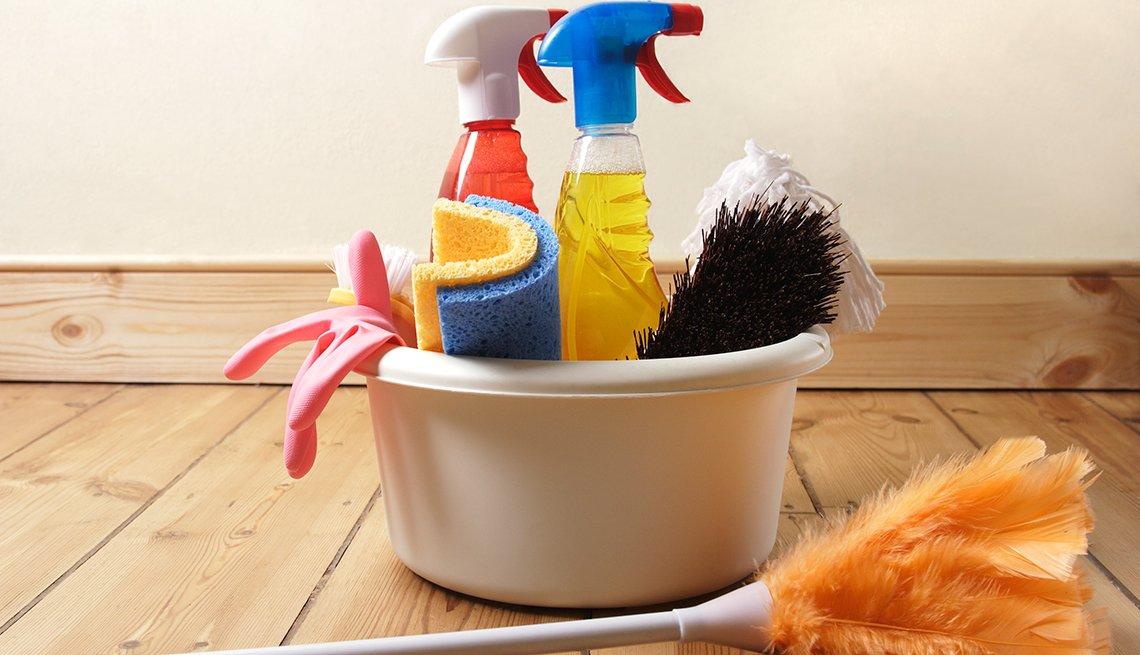 Cubo de productos de limpieza, 10 consejos para prevenir accidentes en el hogar