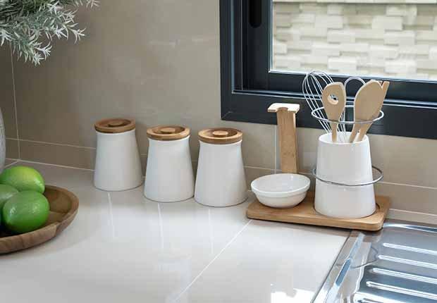 Claves para reflejar el estilo minimalista en tu hogar - Recipiente para guardar utensilios de cocina