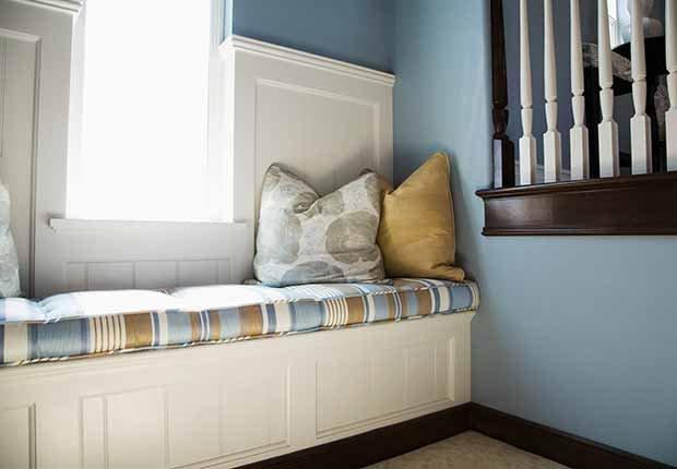 Claves para reflejar el estilo minimalista en tu hogar - Butaca con espacio para almacenar