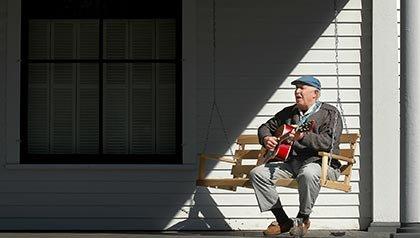 Los 10 mejores lugares para vivir por menos de $ 100 al día - Tom Olson relaja en su casa en Eau Claire, Wisconsin