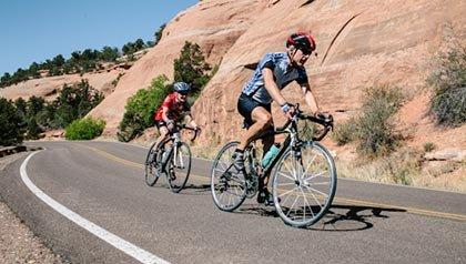 Los 10 mejores lugares para vivir por menos de $ 100 al día - Los ciclistas en la carretera en Grand Junction, Colorado