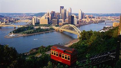 Los 10 mejores lugares para vivir por menos de $ 100 al día - Teleférico en el Duquesne Incline con vista a Pittsburgh