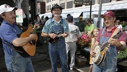 Los 10 mejores lugares para vivir por menos de $ 100 al día - Músicos de bluegrass entretienen a los compradores en la Plaza de Roanoke, VA