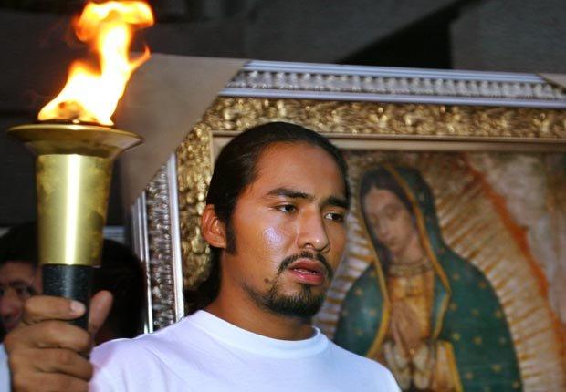 Fernando Juárez lleva la Antorcha Guadalupana desde la Basílica de Guadalupe en México City