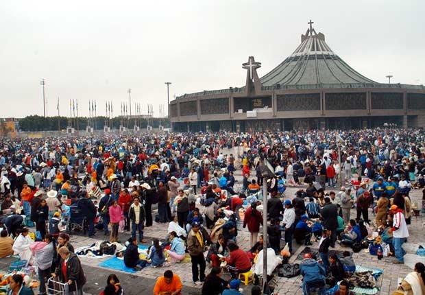 Miles de mexicanos se reúnen a desear un buen viaje a la antorcha Guadalupana en frente de la Basílica de la Virgen de Guadalupe, en Ciudad de México