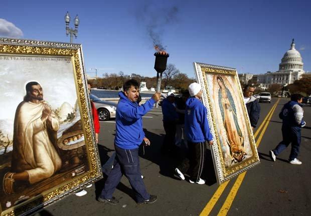 Ricardo Juárez, de México, lleva una antorcha mientras él y sus compañeros peregrinos caminan con un retrato de Nuestra Señora de Guadalupe y otro del santo patrono de México, Juan Diego, en las cercanías del Capitolio, en Washington.