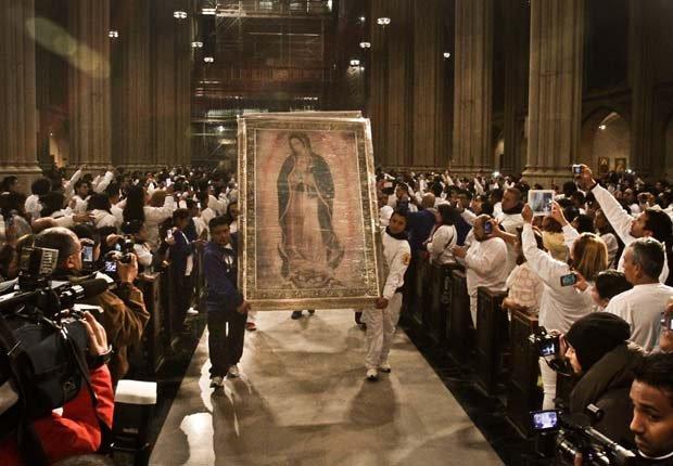 Atorcha Guadalupana Corredores de la carrera de la Antorcha Guadalupana llevan una pintura de la Virgen María en la Catedral de San Patricio en Nueva York