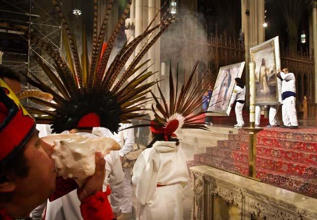 Un feligrés hace sonar una caracola de mar señalando el arrivo de las imágenes de la Virgen de Guadalupe y de Juan Diego a la Catedral de San Patricio, marcando el fin de la carrera de relevos llamada Antorcha Guadalupana