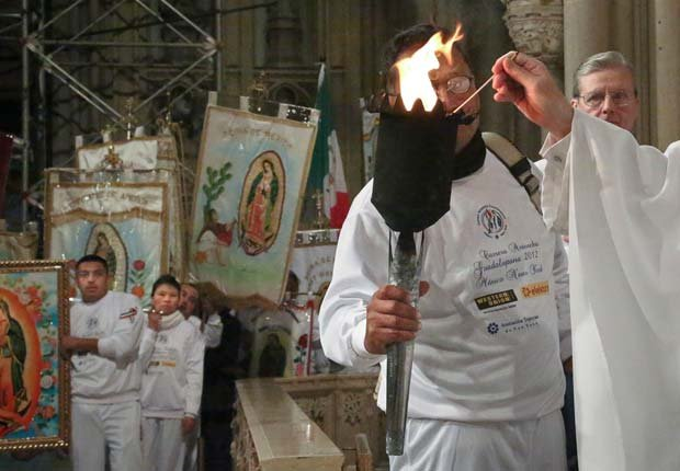 Una antorcha llevada desde Ciudad de México a Nueva York, parte de versión 2012 de la carrera de relevos Antorcha Guadalupana, es encendida durante la misa en la Catedral de San Patricio, al final de la carrera en Nueva York.