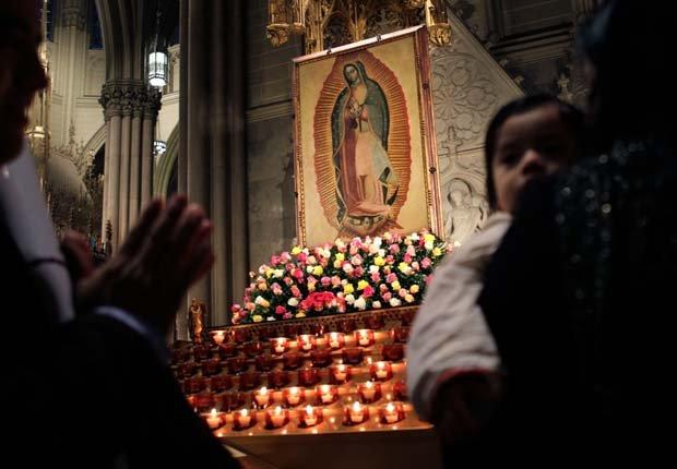 Gente mirando hacia un altar de la Virgen de Guadalupe durante la celebración de su día en la Catedral de San Patricio en Nueva York