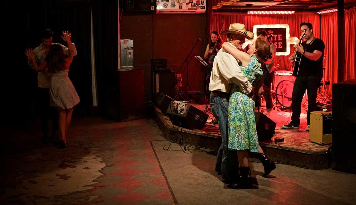 Parejas bailan en el White Horse, un local de baile en el este de Austin