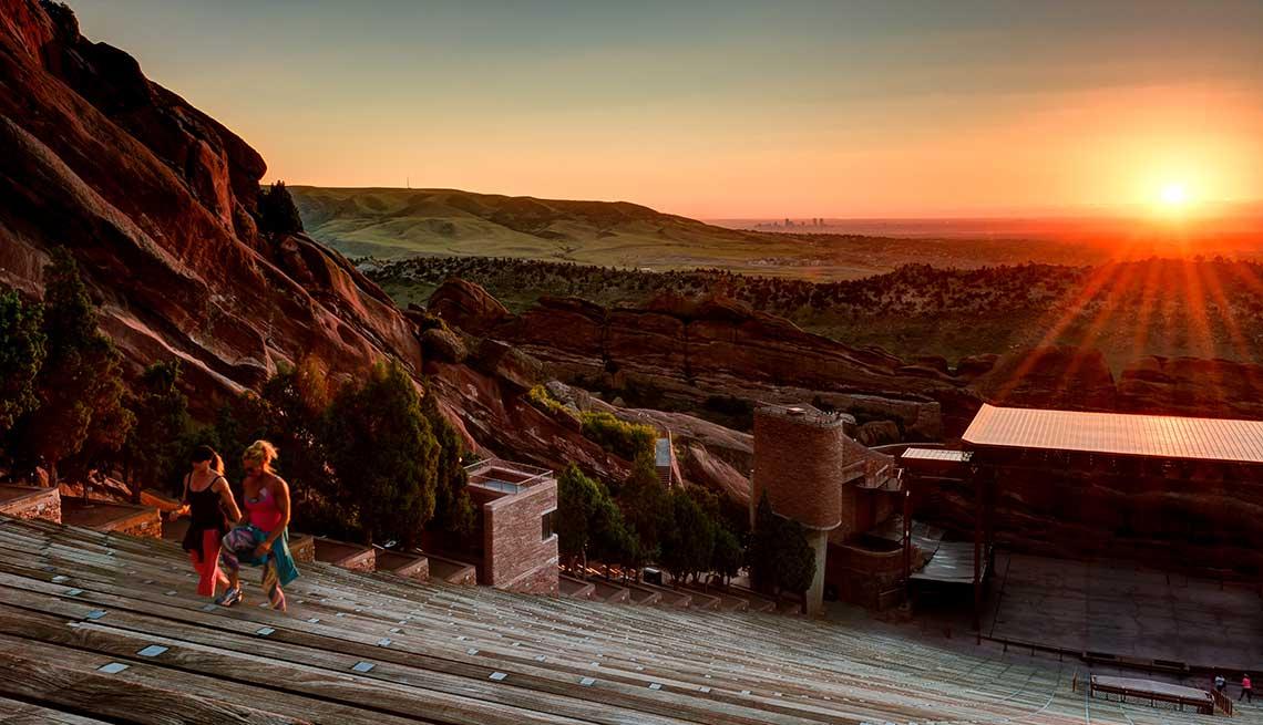 El amanecer en el Anfiteatro Red Rocks al oeste de Denver