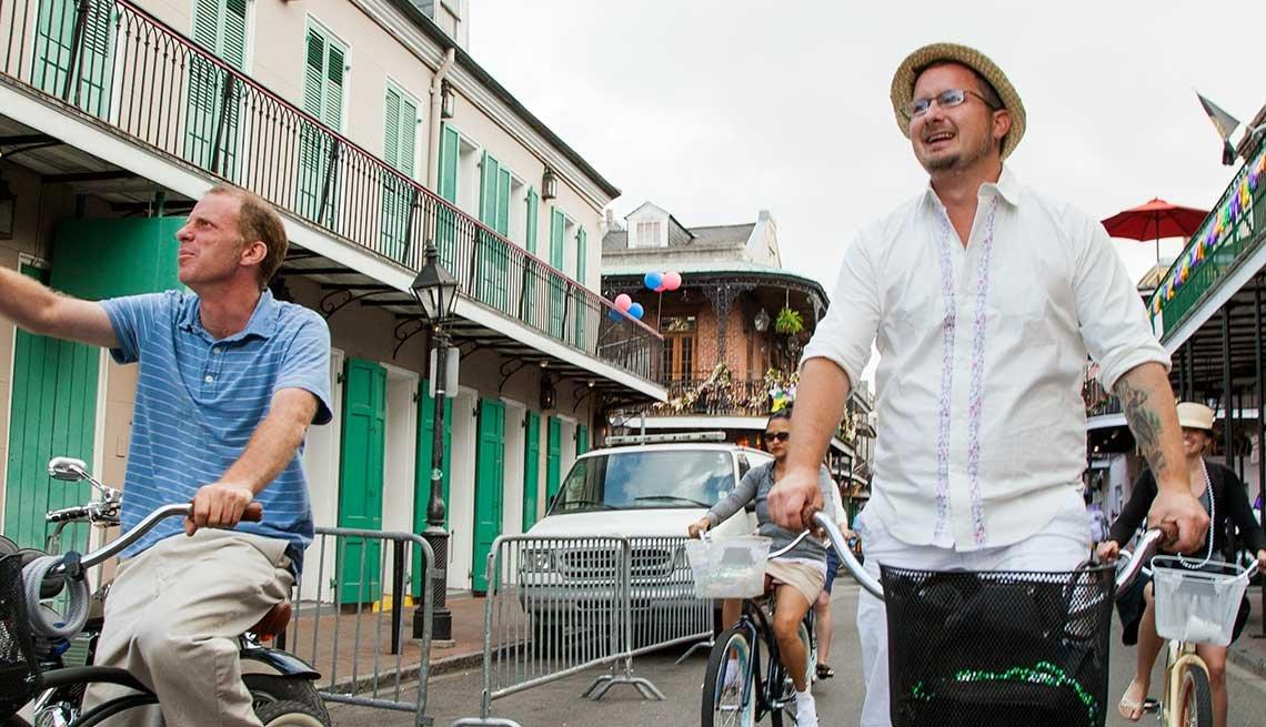 Dos hombres dan un paseo en bicicleta por el Barrio Francés de Nueva Orleans.