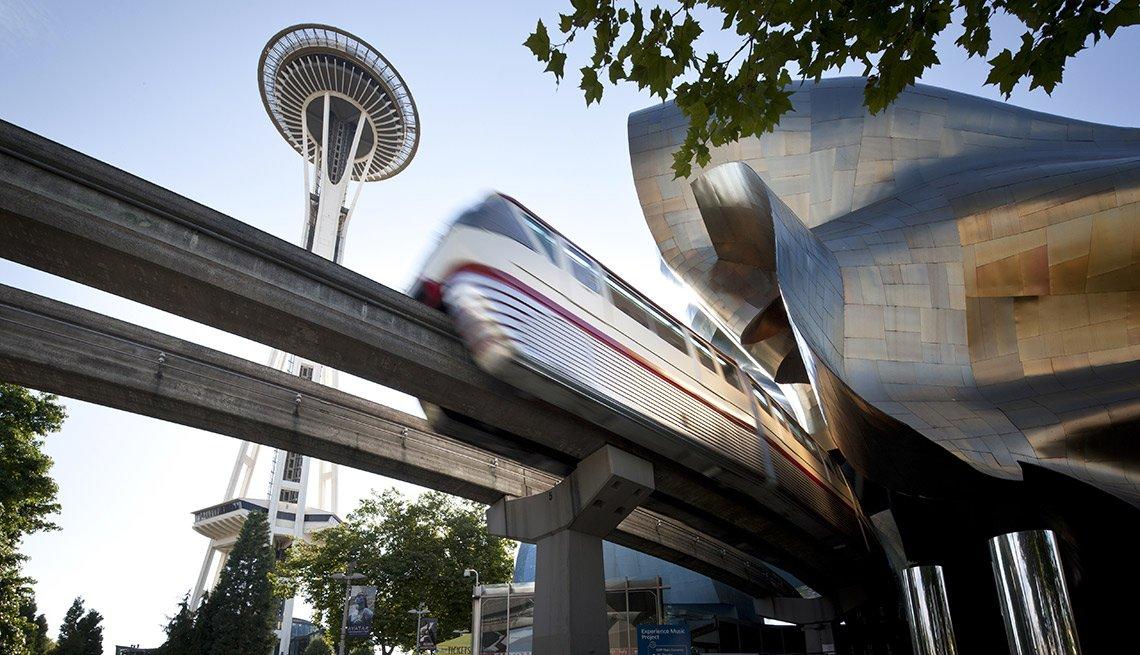 La Aguja Espacial, el monorriel y el Museo EMP en Seattle.