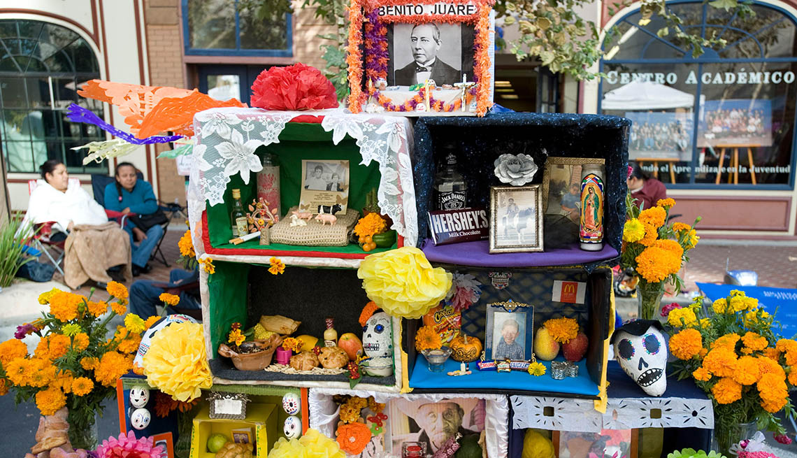 Memorabilia del Día de los Muertos expuesta en la calle en Santa Ana, California