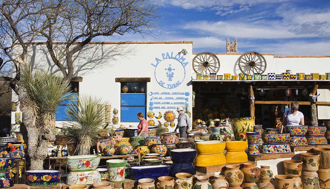 Clientes pasean alrededor de una tienda de cerámica y artesanías tradicionales latina en Tubac Arizona,