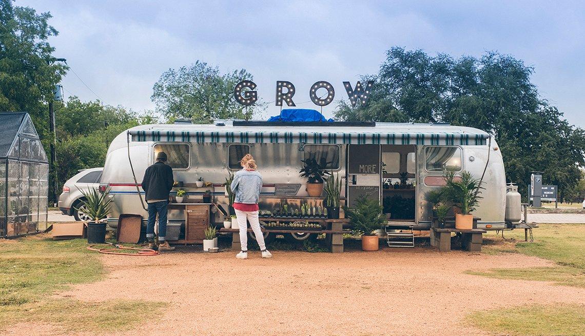 Vista de un tráiler convertido en tienda de plantas de cultivo