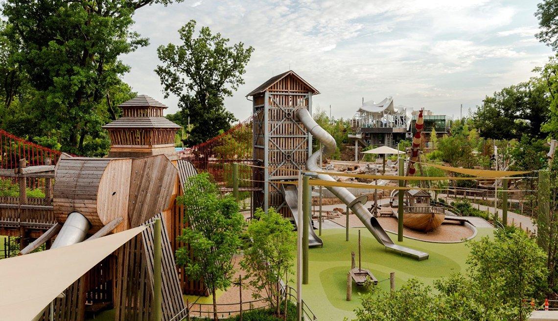 Un área de juegos con torres y toboganes llamada Adventure Place en Tulsa Oklahoma