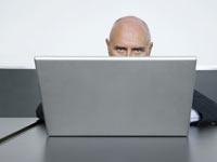 Hombre trabajando en un computador - Nueve maneras gratuitas de mantener su computadora.