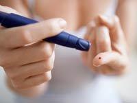 Mujer haciéndose una prueba de sangre - Las 3 mejores 'apps' en español para controlar la diabetes.