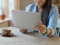 Cúal es la mejor tableta para usted? - Mujer usando una tableta digital