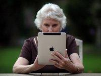 Cómo pasar la información digital fotos, mensajes de texto y correos electrónicos a sus herederos-una mujer mayor usa su iPad