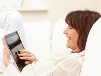 Mujer jugando con su tableta - Los juegos en línea mantienen la mente activa