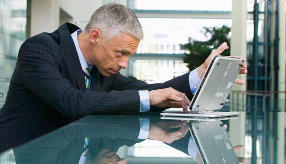 Hombre trabajando con una computadora portátil