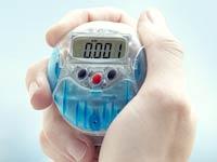 Mano de deportista sosteniendo un podómetro - 7 gadgets útiles y baratos
