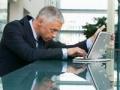Hombre trabajando con una computadora portátil - Wifi gratuito: Cómo conectarse y protegerse