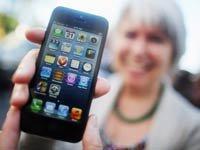 Mujer posa con un iPhone 5 fuera de la tienda insignia de la Quinta Avenida de Nueva York, Revisión de los smartphones más populares desde el iPhone 5 al Nokia 920