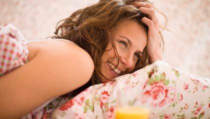 Mujer en la cama tratando de dormir - Programa de VIVA Radio
