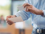 Hombre toma una foto del recibo del banco con el teléfono inteligente, la banca en línea