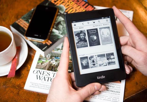 Hombre usando un Kindle, 10 regalos por Día del Padre