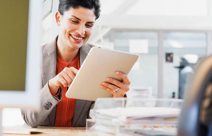 Mujer con una computadora tablet, Cómo sacar el máximo provecho de Skype, Google Hangouts, Facebook, iMessage