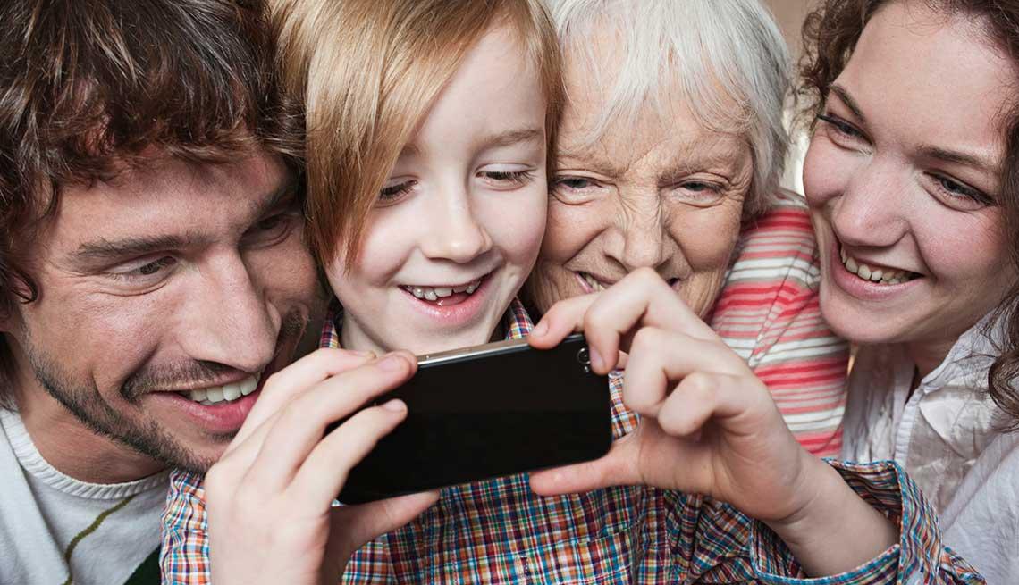Familia de tres generaciones con un niño con un teléfono inteligente - Cinco cosas que usted debe saber acerca de los medios sociales
