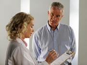 Doctor con un paciente. Resumen de distintas aplicaciones para su salud.