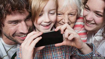Familia de tres generaciones con un niño con un teléfono inteligente, Cinco cosas que usted debe saber acerca de los medios sociales