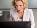 Mujer sorprendida en su trabajo en la oficina, ¿Cómo un anuncio de internet le da seguimiento?