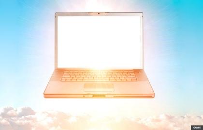 Computador flotando en el cielo