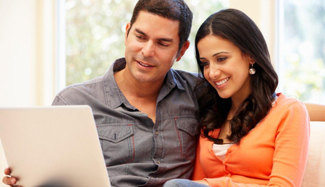 Una pareja ve una película en un ordenador portátil. ¿Cómo me afecta si cambia la 'neutralidad en la red'?