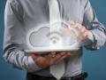 Ilustración de un hombre con su tableta digital y una nube - Entendiendo el Cloud Computing