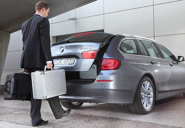 Última tecnología para automóviles: Manos libres para abrir el baúl del carro