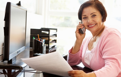 Mujer trabajando frente al computador - 10 sitios web que apuestan por tu talento