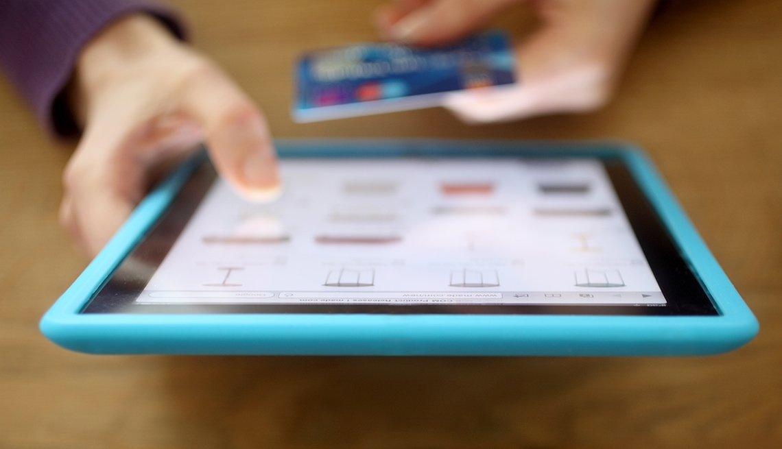Mujer usa un ipad para hacer compras en línea.