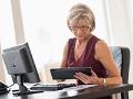 Mujer sentada frente a un computador - Sitios y recursos que impulsan a la mujer en la tecnología