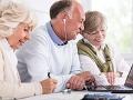 Un hombre y dos mujeres ven la pantalla de un computador